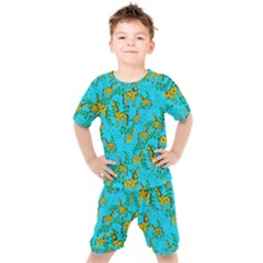Cute Giraffes Pattern Kids  Tee And Shorts Set by bloomingvinedesign